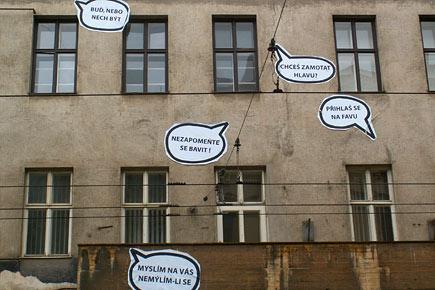 Komixové bubliny teď zkrášují budovu brněnské FaVU